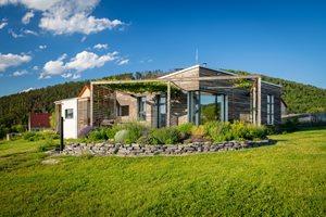 Zdravý dům s přírodních materiálů majitelé postavili v duchu dobrovolné skromnosti – nízký, prostorově nenáročný, ze snadno recyklovatelných a odbouratelných materiálů, jako je jíl, celulósa, dřevo.